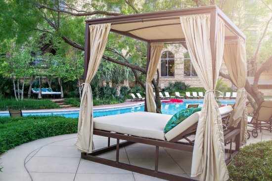 Four Seasons Resort and Club Dallas at Las Colinas: Resort Pool day beds