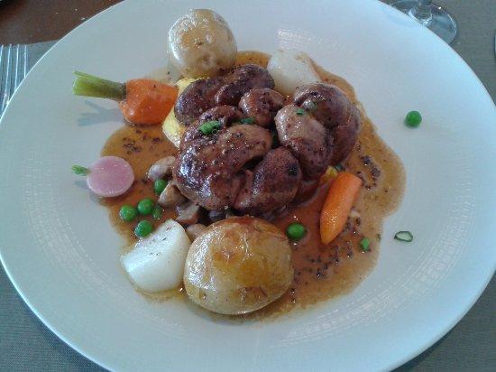 Thouars, Frankrijk: Rognon de veau, jus à la moutarde à l'ancienne, petits légumes. Servi rosé, un délice.