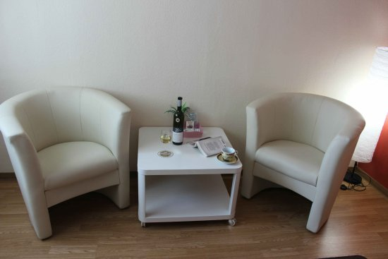 Ediger-Eller, Germany: Room 7 (Comfort) has a comfortable seating area to enjoy a glass of wine or watch TV