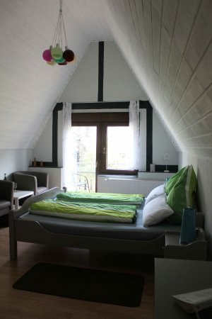 Ediger-Eller, Germany: Room 8 (Comfort plus) has ensuite (toilet, shower & basin), flat-screen TV, desk and seating are