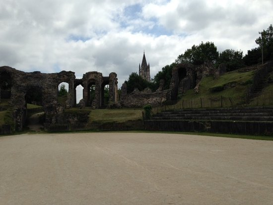 Saintes, Frankrike: View from base of amphitheater
