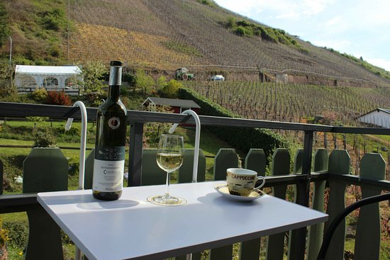 Ediger-Eller, Germany: Room 8 (Comfort plus) has it's own balcony with views over the vineyards and along the valley