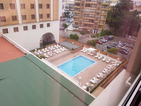 Piscina privada con toallas en las tumbonas picture of for Club con piscina en sevilla