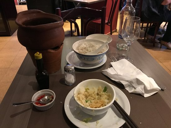Watermael-Boitsfort, Belgia: Rice bowl, rice and some tofu and veg curry boiling in a terracotta pot