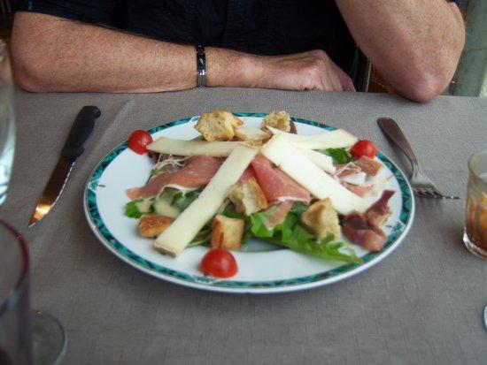 Revel, Frankreich: salade jambon du pays avec fromage de brebis