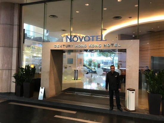 Novotel Century Hong Kong: Hotel entrance from Jaffe road
