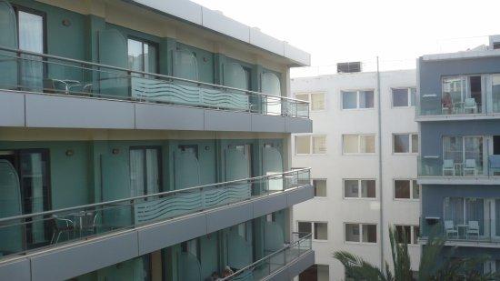 Hotel Mediterranean: La vue si vous n'avez pas de chambre sur vue mer, mais pour cela il faut passer à la caisse.
