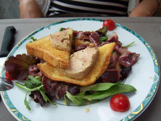 Revel, Frankreich: salade de gésiers avec toasts aux foie gras