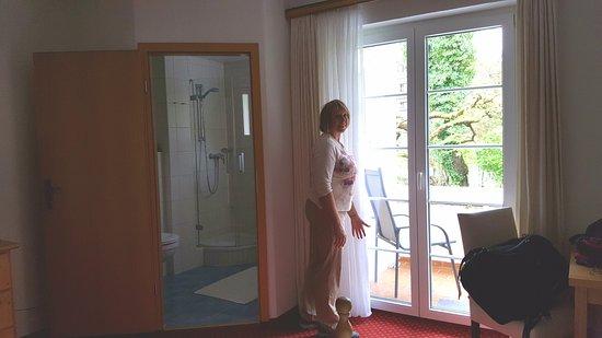 Gastehaus Alpenkranz: Sliding glass doors to balcony, bath in corner.