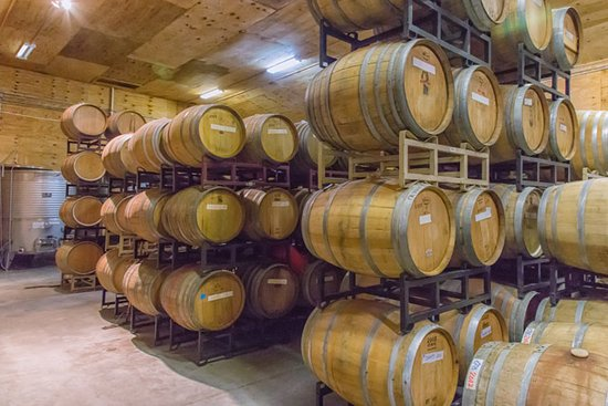 Yadkinville, Carolina del Norte: In the winery, barrels do their job of aging our wines.