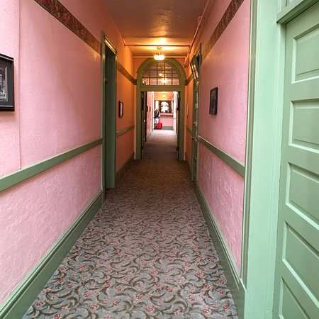 Connor Hotel of Jerome: the spunky colors of the hallway