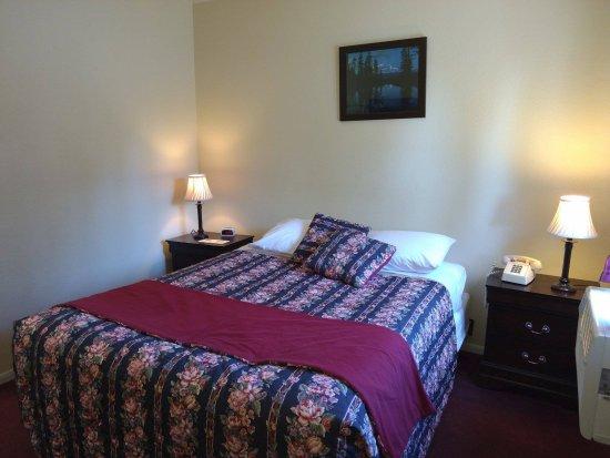 Travelers Motel: Queen Room