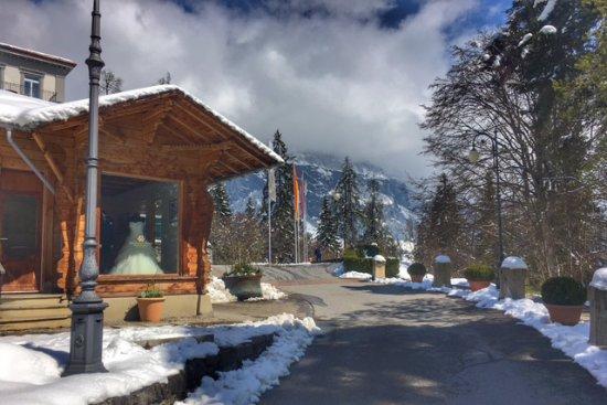 Grand Hotel Waldhaus Flims Alpine Grand Hotel & Spa: Anfahrt zum Hoteleingang