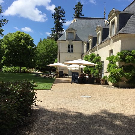 Azay-le-Rideau, France: Het kasteel , de brasserie en het mooie park met de strandstoelen .