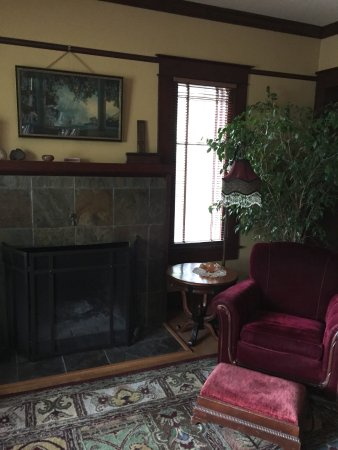 Cowslip's Belle B & B and Boutique Vacation Rentals: Charming living area in main house