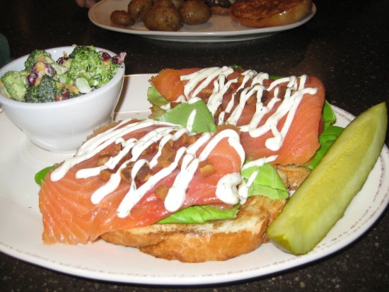Burnham, Pensylwania: Salmon BLT with Broccoli Salad
