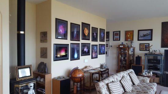 Observatory Bed & Breakfast : Beautiful living room upstairs showcasing Jack's work.