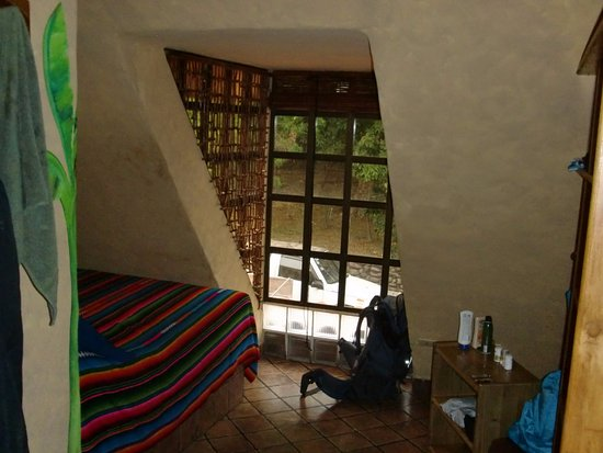 El Sano Banano Village Hotel: The short bed and slanted wall
