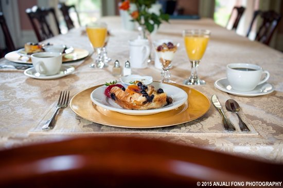 Vevay, IN: Free breakfast served each morning to guests in the dining room.