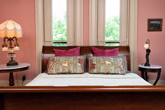 Vevay, Индиана: Mahogany king sleigh bed with high carved paw feet along with clawfoot slipper tub in our Suite.