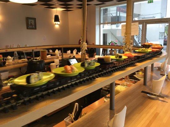 Colomiers, Γαλλία: What a Happy Sharing Sashimi Sushi train At Vi Dai. Magic