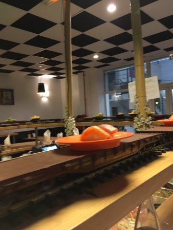 Colomiers, Fransa: What a Happy Sharing Sashimi Sushi train At Vi Dai. Magic