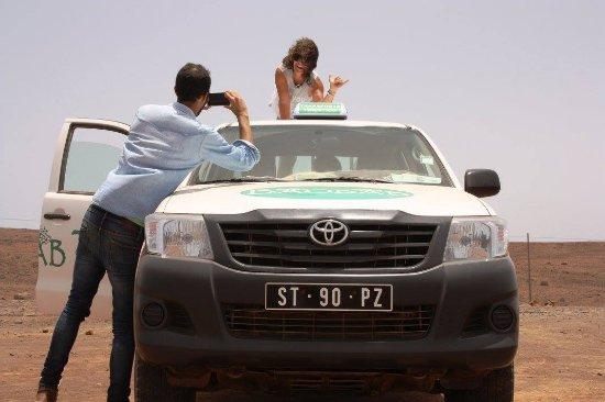 Sal Rei, Kape Verde: Franca faehrt sie mit einem neuen Pick-up Hilux ueber die Offroadpisten der Insel