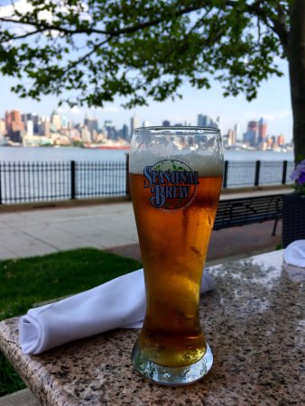 West New York, نيو جيرسي: beer with a view