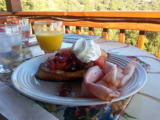 Oakhurst, Καλιφόρνια: Breakfast - French Toast with Ham & Fruit