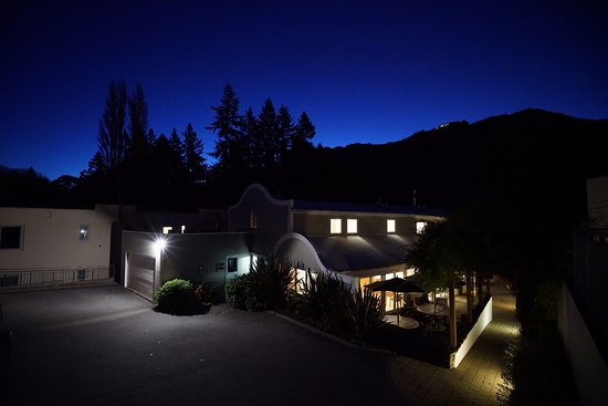 Central Ridge Boutique Hotel: Evening view