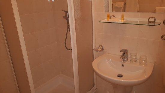 Salle de bains obsol te picture of kompas hotel bled for Salle de bain hotel