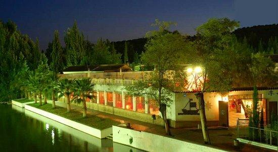 Mogon, Espagne : Da gusto cenar a la orilla del río una noche de verano, y en el invierno en el salón tan acogedo