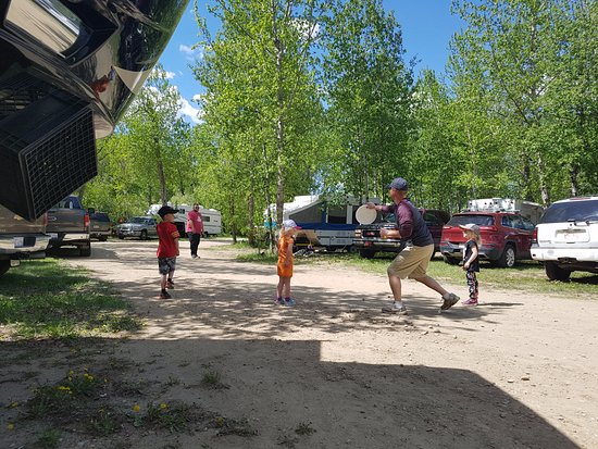 Rosebud, Canada: Playing frisbee in from of the campsites on the road