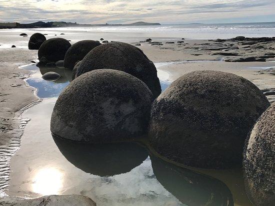 Moeraki, Neuseeland: A group of big boulders lined up