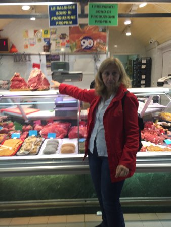 Context Florence: Patrizia pointing out the beefsteak in the market