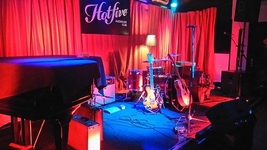 Hot Five Jazz & Blues Club: O Palco