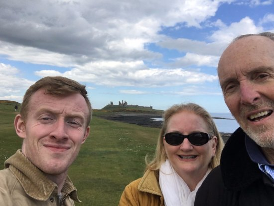Craster, UK: And, yes, we took the obligatory selfie with the ruins in the background.