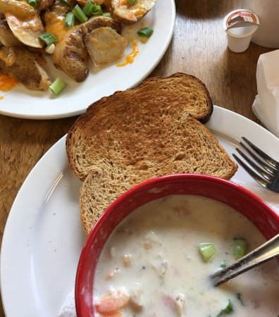 Dream Catcher's Deli and Treats Ltd: Seafood chowder with toasted homemade whole wheat bread, and potato skins. Crazy good food!