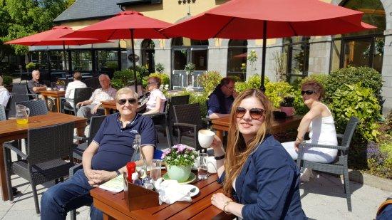 The Castlecourt Hotel: Sunny Castlecourt Hotel  Courtyard Bistro