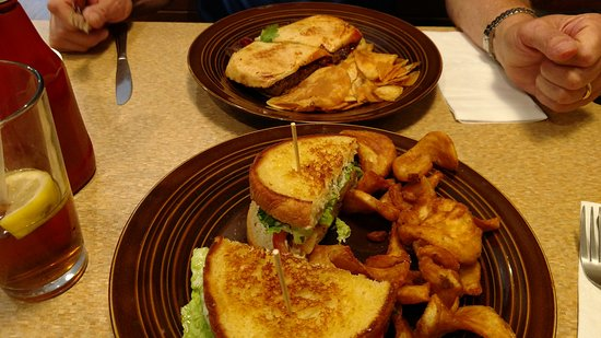 Greenville, Мичиган: Meatloaf Sandwich with Chips and Chicken Sandwich with Fries