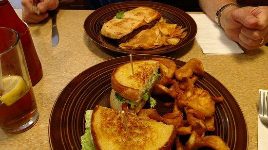 Γκρίνβιλ, Μίσιγκαν: Meatloaf Sandwich with Chips and Chicken Sandwich with Fries