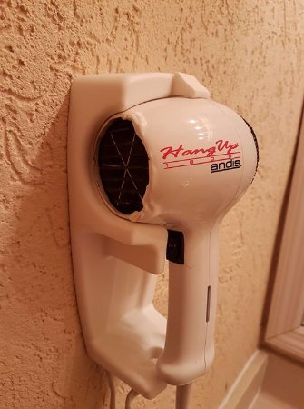 Econo Lodge Busch Gardens: Melted hair dryer