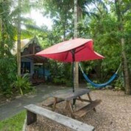 Magnums Backpackers: Cabins set in tropical surrounds