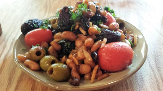 Troy, Estado de Nueva York: Warm fig salad with whitebeans, green olives, cherry tomatoes, almonds, raisins, harissa, honey,