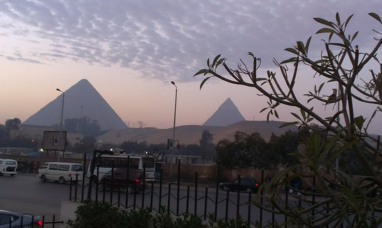 Le Meridien Pyramids Hotel & Spa: Evening view from the hotel