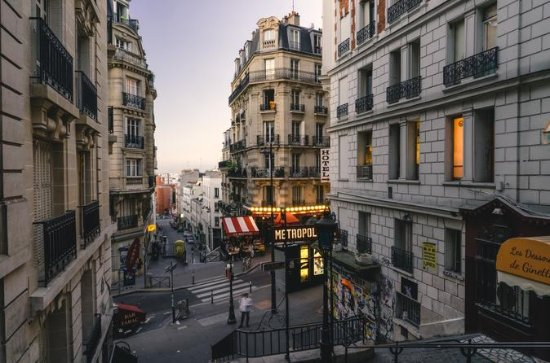 Private Tour: Montmartre Walking Tour, Dinner and Au Lapin Agile...