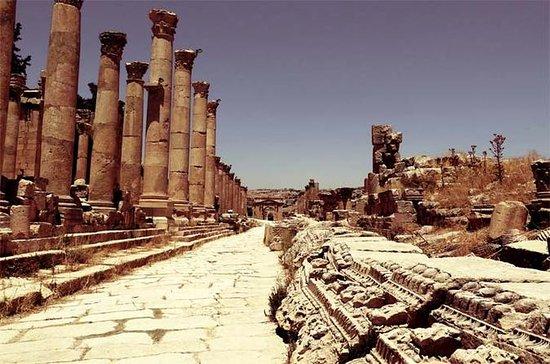 死海からのシタデルとローマ劇場を持つJerashへのプライベート一日ツアー
