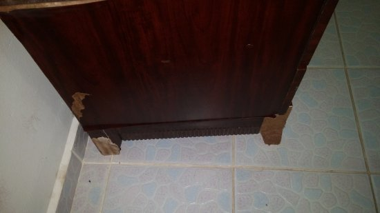 Pedasi Sports Club: Broken, chipped bedside table