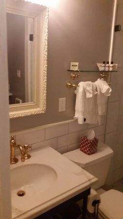 Beltane Ranch: Renovated bathroom and toiletries of Room 4