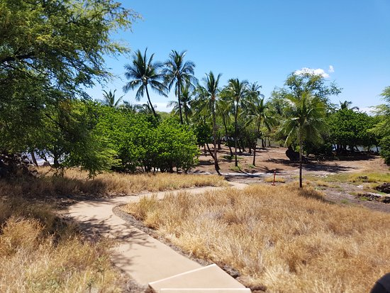 Kawaihae, ฮาวาย: Trail down to the site of the royal compound.